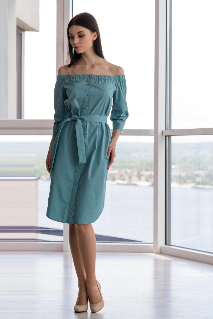 Простое платье рубашка с открытыми плечами