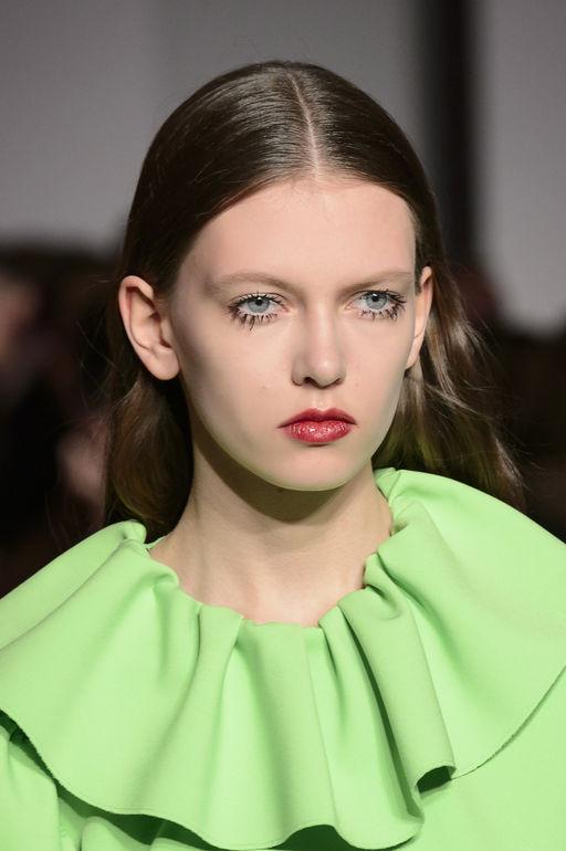 Простой макияж под зеленое платье