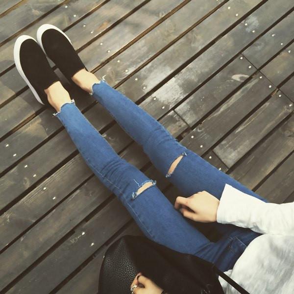 Рваные штаны на коленях