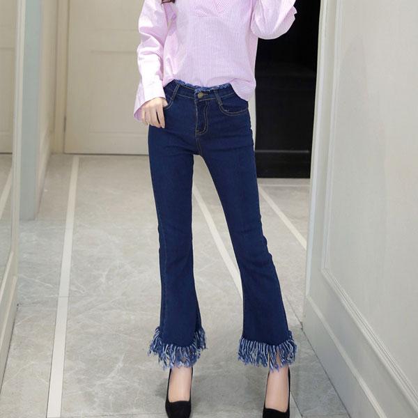 Синие укороченные джинсы с бахромой