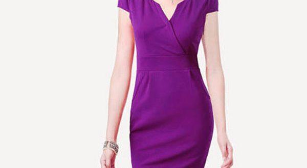 Сиреневое платье-футляр ниже колен с фигурным вырезом