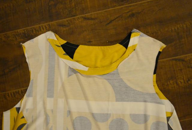 Совместите линию плеча и середину рукава