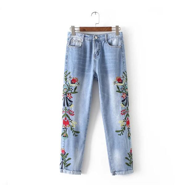 Светлые джинсы с красивой вышивкой