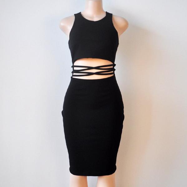 Великолепное черное платье-футляр с американской проймой и эротичным разрезом на талии