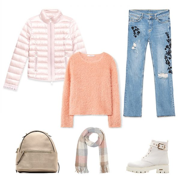 Выберите джемпер персикового цвета под олубые джинсы прямого кроя