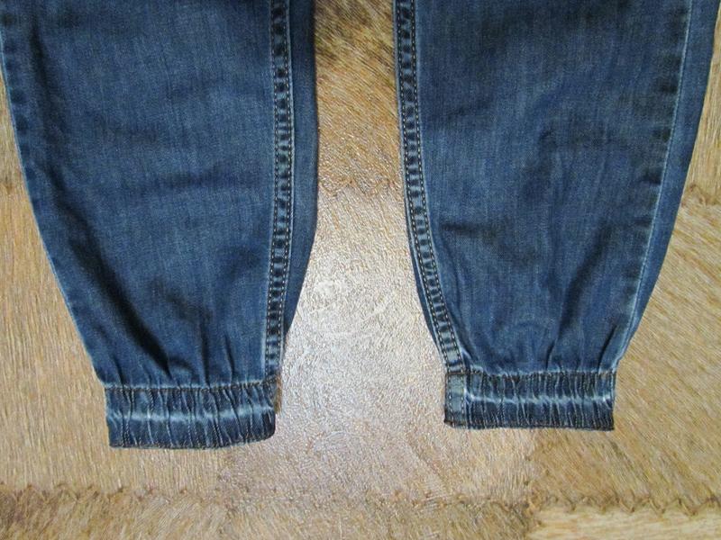 Притачайте резинку к джинсам четырьмя строчками