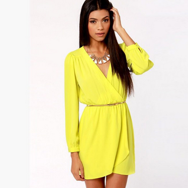 Желтое приталенное платье с запахом