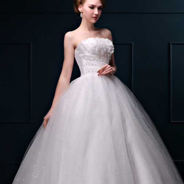 Белое пышное свадебное платье с прозрачными стразами на талии