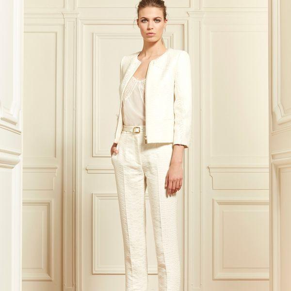 Элегантный белый брючный костюм на свадьбу