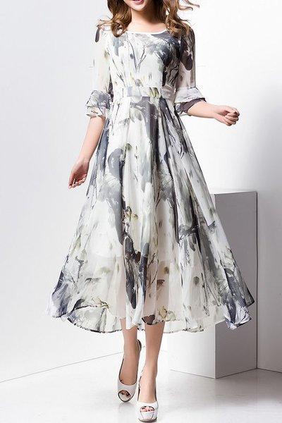 Летящее платье в нейтральных тонах выглядит лучше, чем в частый цветочек