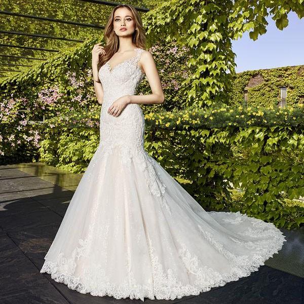 Приталенное и расклешенное платье длинный хвост платье
