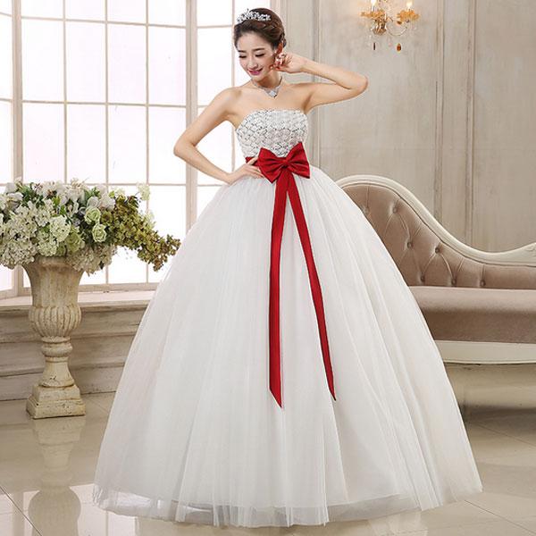 Пышное белое свадебное платье с открытым лифом и ярким бантом