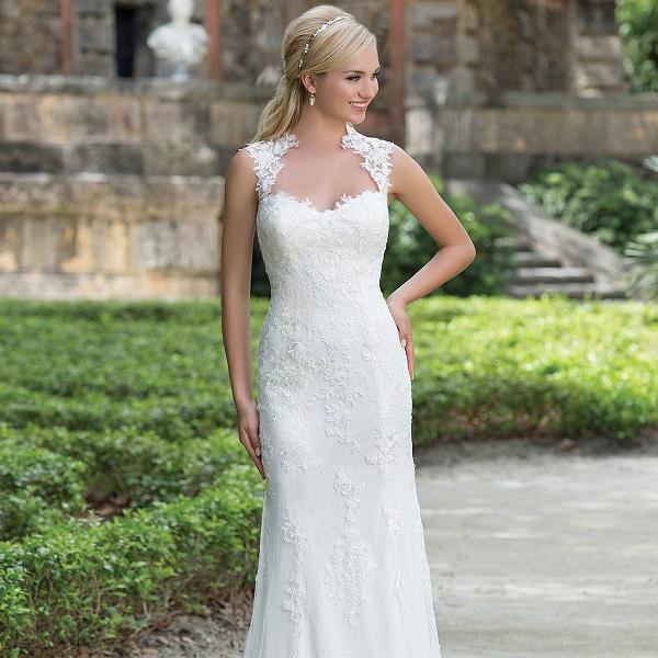 Вариант длинного свадебного платья прямого силуэта