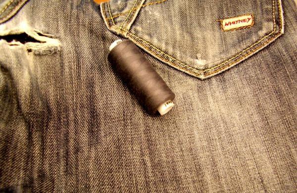 Как вручную незаметно зашить джинсы